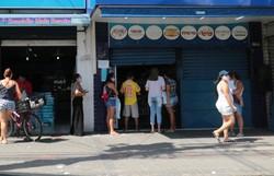 Água Fria tem movimento morno, mas população se aglomera na frente de lojas (Foto: Tarciso Augusto/Esp. DP.)