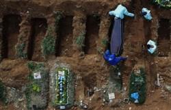 Número de mortos por covid-19 no mundo passa de 957 mil (Foto: AFP)