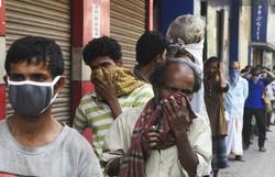 Guru indiano, 'superpropagador', pode ter contagiado até 15 mil pessoas (DIBYANGSHU SARKAR / AFP)