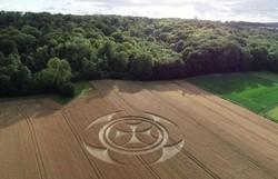 Símbolo gigantesco em campo de trigo atrai atenção na França (Foto: Youtube/Reprodução)