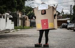 Professora se fantasia de casa para alertar sobre a importância da quarentena (Foto: Paulo Paiva / Diario de Pernambuco)