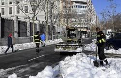 Uma semana depois, Madri ainda se recupera de nevasca histórica (OSCAR DEL POZO / AFP)