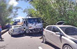 Acidente envolvendo seis veículos deixa dois feridos na BR-101 (Foto: Reprodução/PRF.)