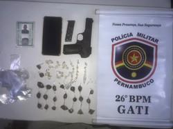 Homem é preso pela PM com pedras de crack no bolso, em Itapissuma (PM-PE/Divulgação)