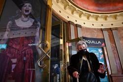 Vacinados, residentes de casas de repouso vão ao teatro na Espanha (O teatro convidou 150 aposentados vacinados de sete casas de repouso de Madri e 50 enfermeiros, também imunizados, para o show humorístico do ator Santi Rodríguez. Foto: GABRIEL BOUYS / AFP)