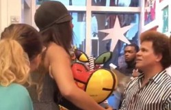 Mulher quebra peça de Romero Britto e acusa artista de destratar funcionário de restaurante (Foto: Reprodução/Twitter)