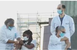 Moradoras do RJ são vacinadas aos pés do Cristo Redentor (Foto: Divulgação )