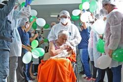 Idosa de 105 anos tem alta após 30 dias internada com Covid-19 (Foto: Nathalie Brasil / Semcom)