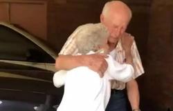Casal de 90 anos se reencontra após tempo separado pela pandemia (Foto: Reprodução/Instagram)
