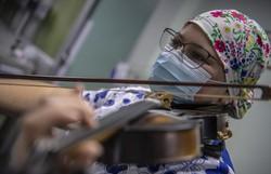 Enfermeira conforta com seu violino pacientes com Covid-19 no Chile (Foto: Martin BERNETTI / AFP)