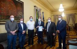 Paulo Câmara recebe relatório da Alepe com demandas do setor produtivo  (Foto: Roberta Guimarães/Alepe/Divulgação)