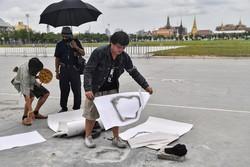 """""""Placa do povo"""" que desafia a monarquia retirada das proximidades de palácio na Tailândia (Foto: Lillian SUWANRUMPHA / AFP)"""