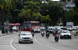 Primeiro dia após lockdown tem grande circulação de carros e pontos de aglomeração (Leandro de Santana/DP Foto )