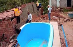 Muro desaba em Camaragibe e deixa homem e criança feridos (Foto: Divulgação/Defesa Civil de Camaragibe)
