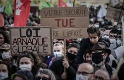 Milhares protestam na França contra lei de segurança e violência policial (FOTO: Philippe LOPEZ / AFP)