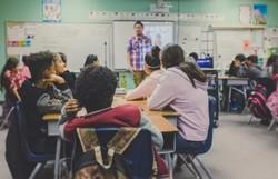 Governo quer pôr fim ao aumento real do piso salarial de professores (Foto: NeONBRAND/Unsplash)