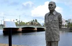 Estátua de Ariano Suassuna é derrubada em ato de vandalismo, no Recife (Foto: Lu Streithorst/PCR/Divulgação)