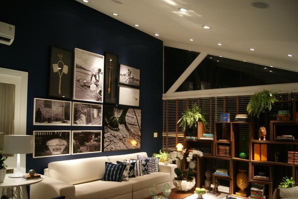 Uma opção barata para mudar a cara de um ambiente é pintar uma parede com  uma cor ousada. Mesmo em cômodos pequenos, a cor certa pode funcionar como  ponto de mudança. Tons de cinza são coringas -