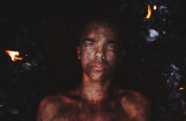 Fotógrafo David Uzochukwu faz sucesso com projeto Cry me a river. Com apenas 15 anos, o austríaco ganha reconhecimento por cliques com atmosfera etérea -