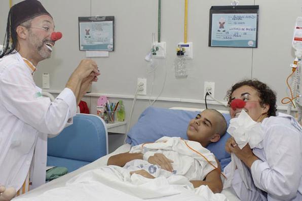 Em Pernambuco há 12 anos, a organização Doutores da Alegria leva palhaços para divertir crianças hospitalizadas. Foto: Rodrigo Silva/Esp DP/D.A Press -
