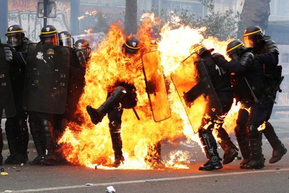 Policiais franceses anti-motins enfrentam manifestantes durante marcha para o comício anual dos trabalhadores do primeiro dia de maio, em Paris. Foto: AFP PHOTO / Zakaria ABDELKAFI -