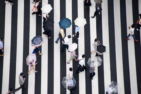 As pessoas caminham em uma passagem para pedestres na rua em Tóquio.Tóquio realizará uma eleição local em 2 de julho. Foto: AFP PHOTO / Toru YAMANAKA. -