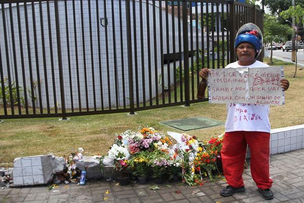 Populares prestam homenagem no local do acidente, onde vitimou uma família, no bairro da Jaqueira, no Recife. Foto: Julio Jacobina/DP.  -