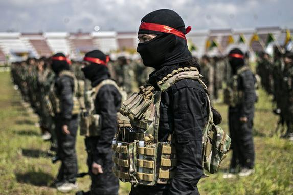 FOTOS DO DIA  (Combatentes das Unidades de Proteção de Mulheres Curdas (YPJ) participam de uma parada militar em 27 de março de 2019, celebrando a eliminação total do último bastião do grupo Estado Islâmico no leste da Síria, na cidade de Hasakah, no noroeste do país. o mesmo nome. Foto: Delil SOULEIMAN / AFP.)