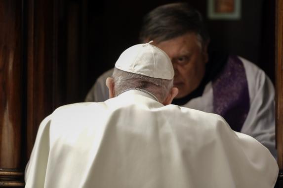 FOTOS DO DIA  (Papa Francisco (Frente) se ajoelha diante de um padre para confessar durante uma missa de liturgia penitencial na sexta-feira da Terceira Semana da Quaresma, em 29 de março de 2019, na Basílica de São Pedro, no Vaticano. Foto: Andrew Medichini / POOL / AFP.)