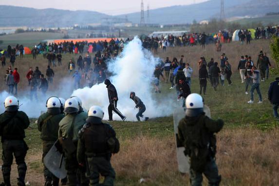 FOTOS DO DIA  (A polícia de choque discute com migrantes fora de um campo de refugiados em Diavata, um subúrbio a oeste de Thessaloniki, em 4 de abril de 2019. Foto: Sakis MITROLIDIS / AFP.)
