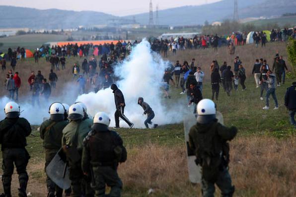 A polícia de choque discute com migrantes fora de um campo de refugiados em Diavata, um subúrbio a oeste de Thessaloniki, em 4 de abril de 2019. Foto: Sakis MITROLIDIS / AFP. -