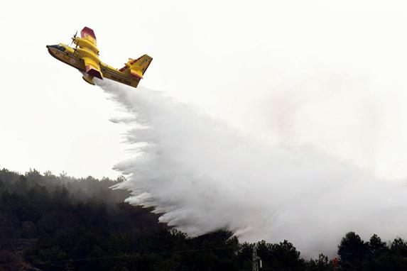 FOTOS DO DIA  (O avião de combate ao fogo italiano participa de uma simulação como parte de um exercício internacional de combate a incêndios realizado na ilha de Cres, no norte da Croácia, em abril de 8,2019. Foto: Denis LOVROVIC / AFP.)