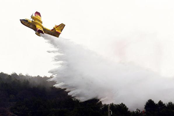 O avião de combate ao fogo italiano participa de uma simulação como parte de um exercício internacional de combate a incêndios realizado na ilha de Cres, no norte da Croácia, em abril de 8,2019. Foto: Denis LOVROVIC / AFP. -