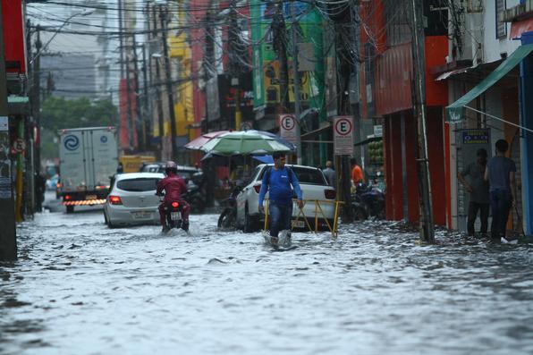 Pessoas em meio a rua alagada durante fortes chuvas na Regiao Metropolitana do Recife, Recife Centro. Foto: Peu Ricardo/DP FOTO. -