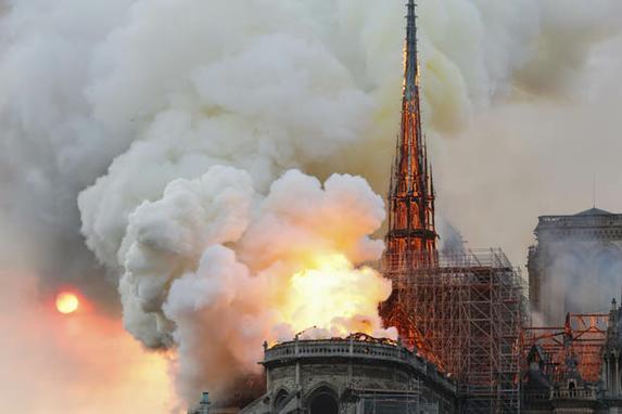 FOTOS DO DIA  (Fumaça e chamas sobem durante um incêndio na Catedral de Notre-Dame, no centro de Paris, em 15 de abril de 2019, potencialmente envolvendo obras de renovação sendo realizadas no local, disse o serviço de bombeiros. Foto: FRANCOIS GUILLOT / AFP.)