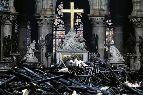 FOTOS DA CATEDRAL DE NOTRE - DAME (Altar cercado por destroços carbonizados dentro da Catedral de Notre-Dame, em Paris, no rescaldo de um incêndio que devastou a catedral. - Investigadores franceses investigaram o incêndio devastador na Catedral de Notre-Dame em 15 de abril de 2019, questionaram trabalhadores que estavam reformando o monumento em 16 de abril, enquanto centenas de milhões de euros foram prometidos para restaurar a obra-prima histórica. Foto LUDOVIC MARIN / AFP.)