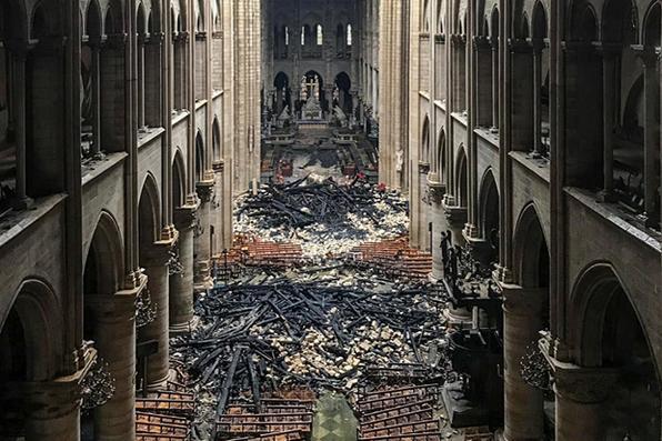 Vista interior da Catedral de Notre-Dame, em Paris, sem rescaldo de um incêndio que devastou a catedral. Foto: AFP PHOTO. -