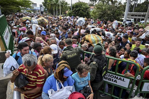 Pessoas atravessam a ponte internacional Simon Bolivar de Cucuta, na Colômbia, para San Antonio del Tachira, na Venezuela, em 3 de maio de 2019. Foto: LUIS ROBAYO / AFP. -