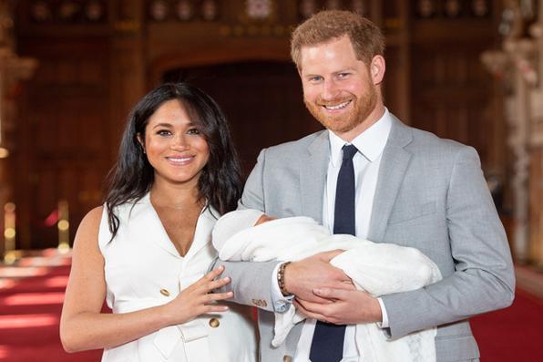 O príncipe Harry da Grã-Bretanha, duque de Sussex, e sua esposa Meghan, duquesa de Sussex, posam para uma foto com seu filho bebê recém-nascido, Archie Harrison Mountbatten-Windsor, no St George's Hall no Castelo de Windsor em Windsor, oeste de Londres. 8 de maio de 2019. Foto: Dominic Lipinski / POOL / AFP. -