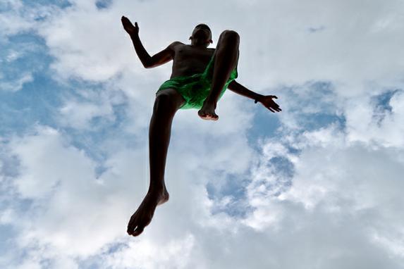 ANDORINHAS DO RECIFE ANTIGO (Jovens são vistos pulando as margens da praça do Marco Zero, no bairro do Recife Antigo, uma prática comum nas tardes do Recife. Fotos: Tarciso Augusto / Esp. DP FOTO.)