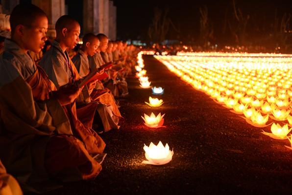 As freiras budistas rezam durante uma cerimônia no pagode de Tam Chuc na província de Ha Nam o 13 de maio de 2019, antes das celebrações do dia de Vesak. (Foto de Nhac Nguyen / AFP) -