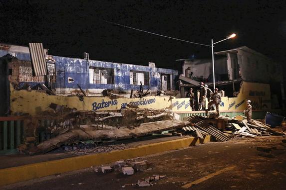 DESABAMENTO NA ZONA SUL DO RECIFE (Uma mulher morreu e nove pessoas ficaram feridas, incluindo duas crianças, após o desabamento parcial de um prédio residencial na Rua Leônidas Amaral, no bairro de Afogados, Zona Sul do Recife. A edificação irregular foi construída ao lado da Ponte de Afogados e já havia sido notificada pela Diretoria de Controle Urbano do Recife desde 2008. A vitima de aproximadamente 40 anos, ainda não foi identificada. No momento em que aconteceu o desabamento havia 13 pessoas no local. Foto: Paulo Paiva / DP FOTO.)
