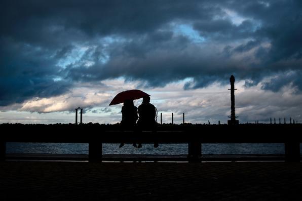 Casal se protege da chuva no Marco Zero - Recife Antigo, nesta Sexta (31). Foto: Tarciso Augusto / Esp. DP Foto. -