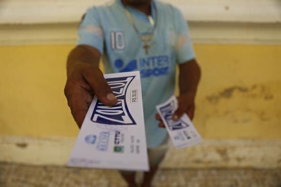 FOTOS DO DIA (Homem segura tolões de Zona Azul que será a partir do dia 1 de Julho, cem por cento digital , Recife Antigo, segunda- Feira (03). Foto: Leandro de Santana/ Esp.DP Foto.)