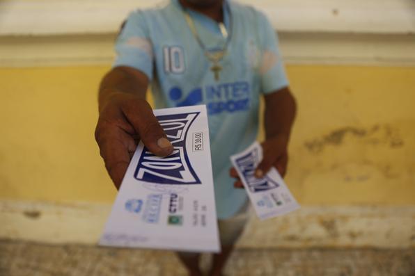 Homem segura tolões de Zona Azul que será a partir do dia 1 de Julho, cem por cento digital , Recife Antigo, segunda- Feira (03). Foto: Leandro de Santana/ Esp.DP Foto. -