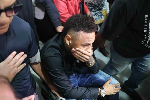 FOTOS DO DIA (O jogador Neymar chega para depor na Delegacia de Repressão a Crimes de Informática (DRCI), na Cidade da Polícia, na zona norte do Rio de Janeiro, na noite desta quinta-feira, 06. Foto: CESAR SALES/AM PRESS & IMAGES/ESTADÃO CONTEÚDO)