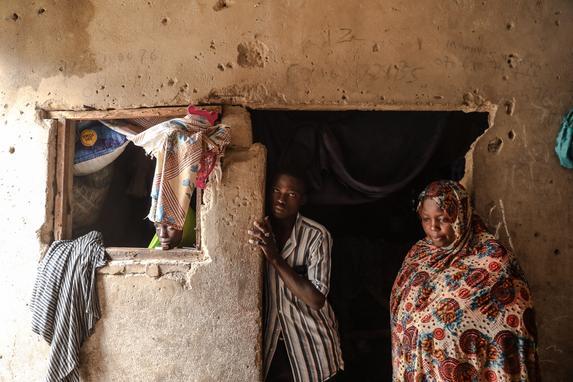 FOTOS DO DIA  (Hadiza, uma pessoa deslocada internamente da área do governo local de Baga no estado de Borno, na Nigéria, posa com membros da família em 21 de julho de 2019 em Markas, a mesquita do líder do Boko Haram Mohammed Yusuf em Old Maiduguri, onde reside atualmente. (Foto de FATI ABUBAKAR / AFP))