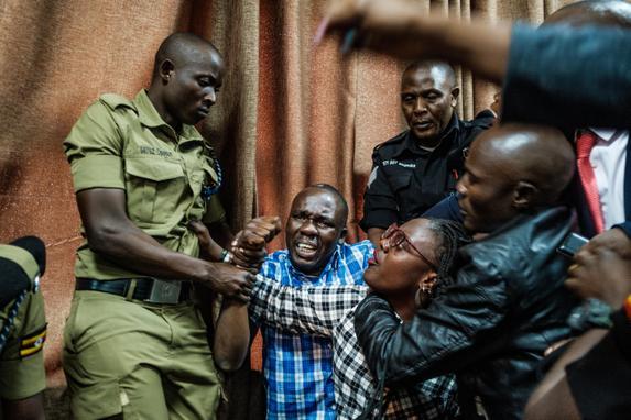 FOTOS DO DIA  (Os partidários da ativista e feminista Stella Nyanzi se chocam com a polícia no tribunal, após a condenação de nove meses a 9 meses de prisão em Kampala, Uganda, em 2 de agosto de 2019, depois de ser acusado de assédio cibernético contra o presidente de Uganda. (Foto de SUMY SADURNI / AFP))