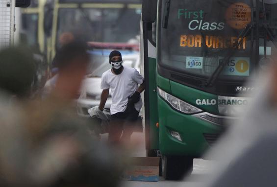 LINHA 2025 - ESTÁCIO  (Após cerca de quatro horas de negociação, termina o sequestro na ponte Rio-Niterói. Por volta das 9h desta terça-feira, o sequestrador foi atingido por tiros de sniper. No momento em que ele saiu do ônibus os atiradores de elite dispararam. Segundo os passageiros, o homem identificado depois como William Augusto do Nascimento, de 20 anos, caiu na escada do ônibus e morreu no local. Foto: Ricardo CASSIANO / AGENCIA O DIA / AFP.)
