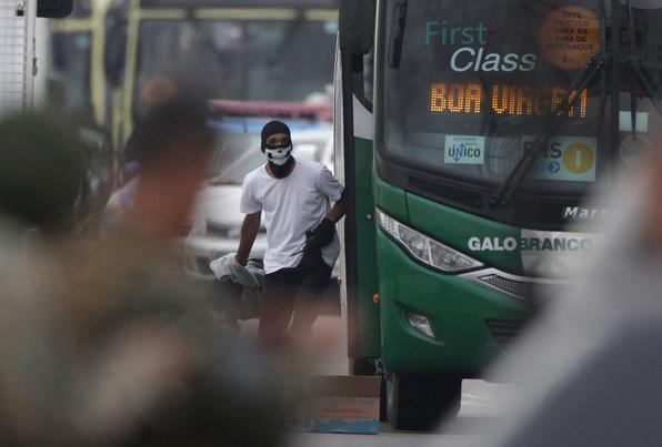 Após cerca de quatro horas de negociação, termina o sequestro na ponte Rio-Niterói. Por volta das 9h desta terça-feira, o sequestrador foi atingido por tiros de sniper. No momento em que ele saiu do ônibus os atiradores de elite dispararam. Segundo os passageiros, o homem identificado depois como William Augusto do Nascimento, de 20 anos, caiu na escada do ônibus e morreu no local. Foto: Ricardo CASSIANO / AGENCIA O DIA / AFP. -